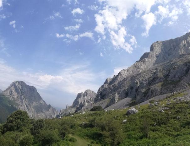 Urkiola-mountains-wide-vista-Wilextours
